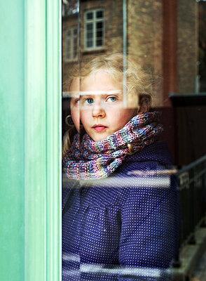 Mädchen am Fenster - p1649m2231746 von jankonitzki