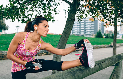 Woman stretching in a park - p300m1205920 by David Pereiras