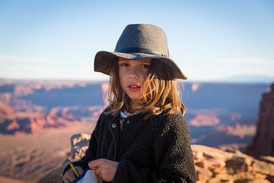 Girl wearing hat - p756m1584484 by Bénédicte Lassalle