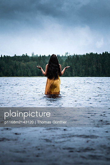 Enjyoy the rain - p1168m2143120 by Thomas Günther
