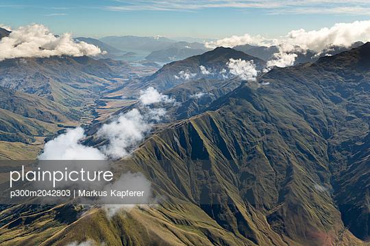 New Zealand, South Island, Aerial view of mountains in Otago region - p300m2042803 von Markus Kapferer