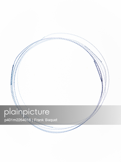 Circle made of plastic bands - p401m2264018 by Frank Baquet