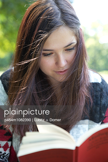 Reading outside - p454m1082390 by Lubitz + Dorner