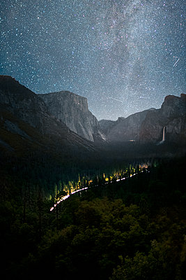 Milky Way at Tunnel View - p1166m2136302 by Cavan Images