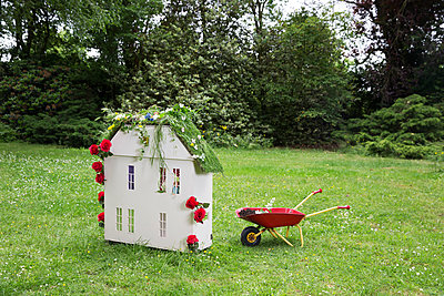 Dollhouse with a green roof - p1231m2291905 by Iris Loonen