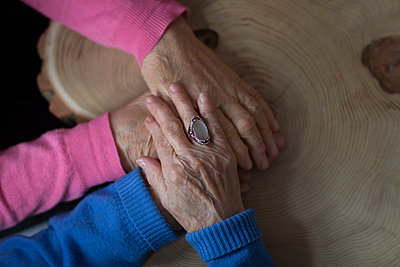 Close-up of senior woman consoling her senior friend at home - p1315m1566268 by Wavebreak