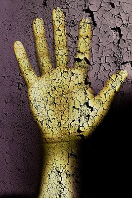 Kopierte Hand mit Gerissener Oberflächentextur - p248m2126044 von BY
