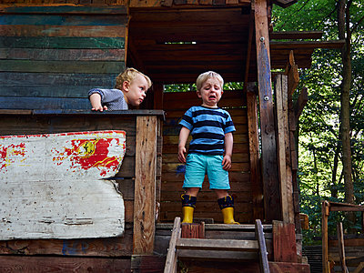 Children in a tree house - p358m1138324 by Frank Muckenheim