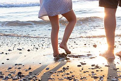 Beach walk at sunset - p454m2176598 by Lubitz + Dorner