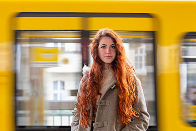 Young woman in front of Suburban train - p975m2223634 by Hayden Verry