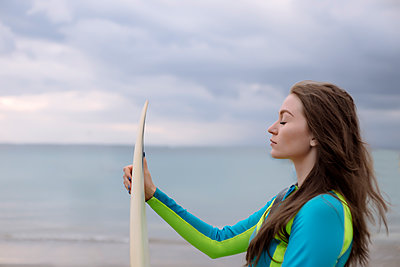 Indonesia, Bali, young woman with surf board - p300m1562963 by Konstantin Trubavin