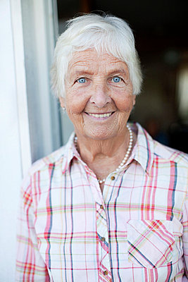 Front view of happy senior woman - p4269319f by Maskot