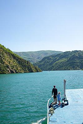 Abenteuer Albanien, Koman-Stausee - p454m2183626 von Lubitz + Dorner