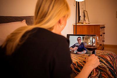 Junge Frau beim Video-Chat am Tablet Computer - p741m2176778 von Christof Mattes