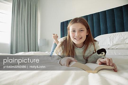 Junges Mädchen zuhause - p1640m2292486 von  Holly&John