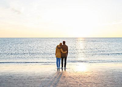 Paar am Strand - p1124m1440108 von Willing-Holtz