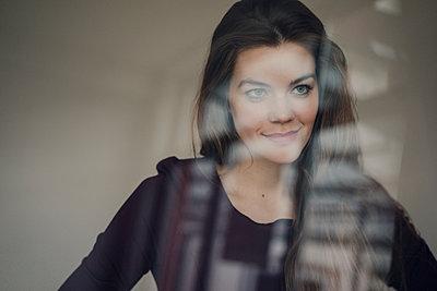 Porträt einer jungen Frau mit langen Haaren - p586m1548279 von Kniel Synnatzschke