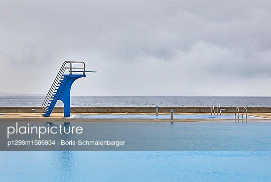 Swimmingpool am Meer - p1299m1586934 von Boris Schmalenberger