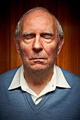 Älterer Mann Augen geschlossen 2 - p1092m1108882 von Rolf Driesen