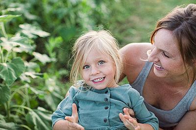 Mutter mit Tochter - p1361m1488356 von Suzanne Gipson