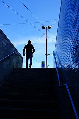 Silhouette eine Mannes vor einer U-Bahn Station  - p1638m2288420 von Macingosh