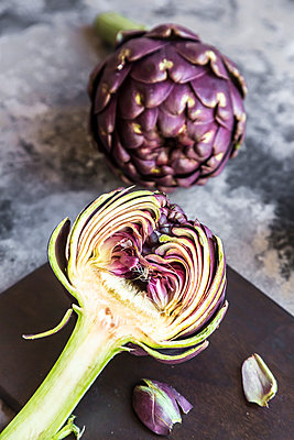 Sliced and whole purple artichoke - p300m1562883 by Sandra Roesch