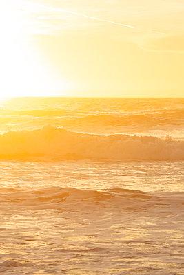 Surf at sunrise, Ocean Beach, California - p756m2211549 by Bénédicte Lassalle