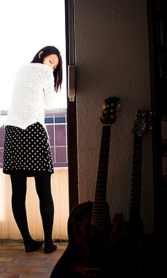 Asiatin auf dem Balkon und Gitarren - p1180m987347 von chillagano