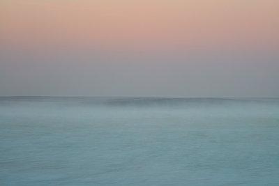 Malerischer Sonnenuntergang am Strand von Nazaré - p719m2081960 von Rudi Sebastian