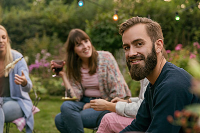 Friends in the allotment garden - p788m2037441 by Lisa Krechting