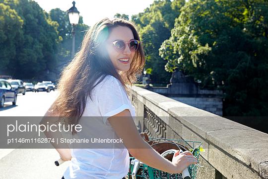 Portrait einer jungen Frau  - p1146m1162874 von Stephanie Uhlenbrock