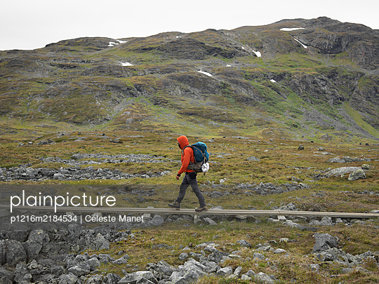 Hiker walking on trail in Lapland - p1216m2184534 by Céleste Manet