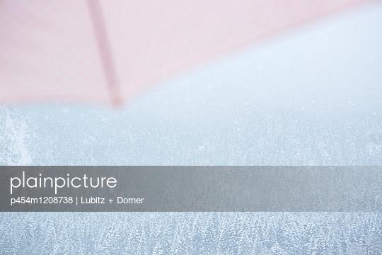Under the umbrella - p454m1208738 by Lubitz + Dorner