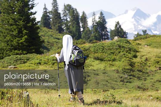 Ordensschwester wandert - p606m2015658 von Iris Friedrich