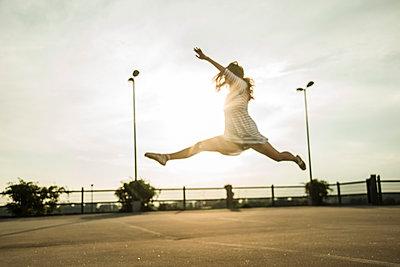 Young ballet dancer exercising on a parking level - p300m950173f by Uwe Umstätter