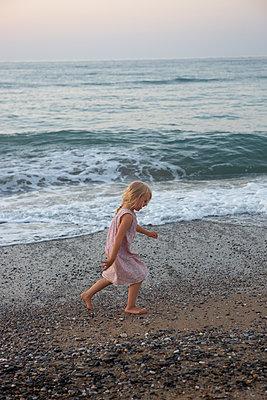 Barfuß am Strand - p454m2044137 von Lubitz + Dorner