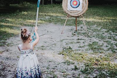 kleines Mädchen schießt - p858m2007914 von Lucja Romanowska