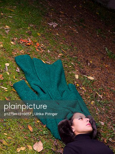 Frau im Herbst mit Mantel - p1279m1516657 von Ulrike Piringer