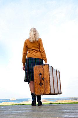 Frau am Steg mit Koffer - p248m763385 von BY
