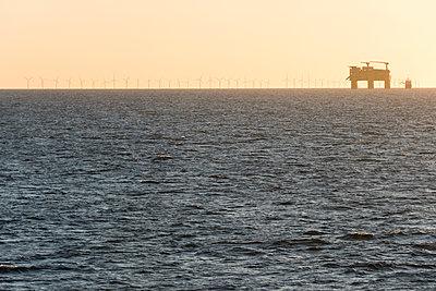 HGÜ-Station Dolwin Beta bei Morgenstimmung im Offshore Windpark - p1079m1092221 von Ulrich Mertens