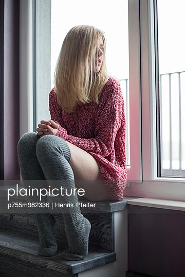 Junge Frau mit Overknees - p755m982336 von Henrik Pfeifer