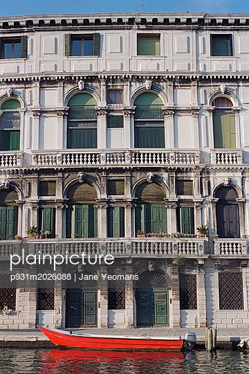 Venedig, Rotes Boot - p931m2026088 von Jane Yeomans