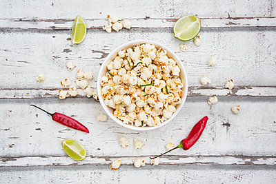 Bowl of popcorn flavoured with chili and lime - p300m2012859 by Larissa Veronesi