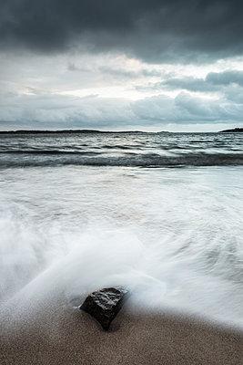Sea waves - p312m993090f by Mikael Svensson