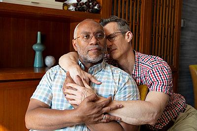 Gay couple embracing, portrait - p817m2291172 by Daniel K Schweitzer