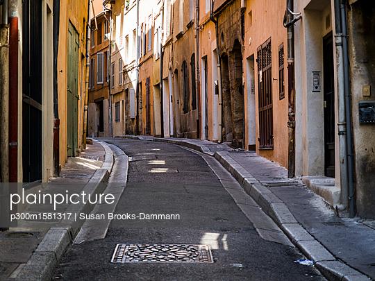 France, Provence, alley in Aix-en-Provence - p300m1581317 von Susan Brooks-Dammann