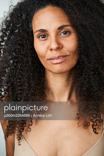Beautiful smiling curly haired woman - p300m2264589 by Annika List