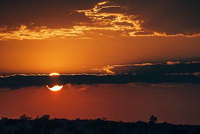 Sonnenuntergang über der Kalahari, Südafrika - p1065m982616 von KNSY Bande