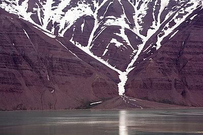 Svalbard - Old Red - p1486m1585077 von LUXart