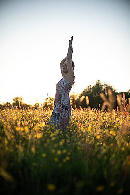 Woman standing in a meadow - p310m2289414 by Astrid Doerenbruch